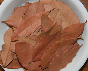 English: A bowl of dried bay leaves for use in...